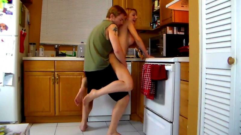 Chico lava sensual rubia madura en el baño 4