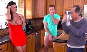 Hijo se folla a su madrastra y el padre los pilla en la cocina