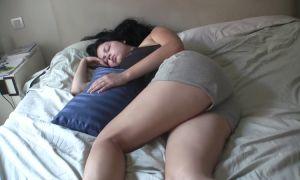 Joven tetona follada dormida hasta recibir una corrida facial