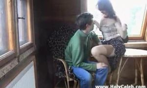 Madre caliente seduce a su hijo y se lo folla dos veces