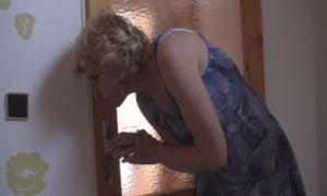 Madre pilla a su hijo masturbandose con muñeca inflable y se deja follar