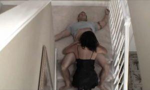 Madre se aprovecha de su hijo dormido borracho y se lo folla