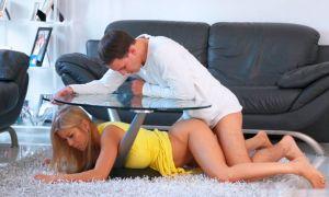 Madre se atora bajo la mesa su hijo se la folla y se corre dentro