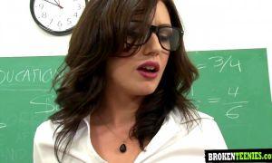 Maestra sexy folla con todos sus alumnos en clase con doble penetracion