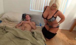 Mama masturba a su hijo dormido hasta que se corre