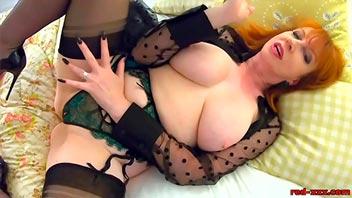 Mujer madura se masturba sola en el sillon