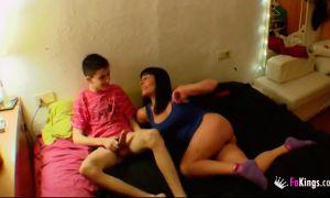 Pilla a su hijo masturbándose y se lo folla incesto en español