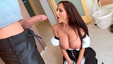 Pilla a su marido follando con la sirvienta tetona