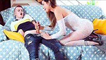 Sobrino se folla a su tía madura antes de que llegue el marido