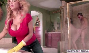 Suegra pilla al novio follando con su hija en el baño