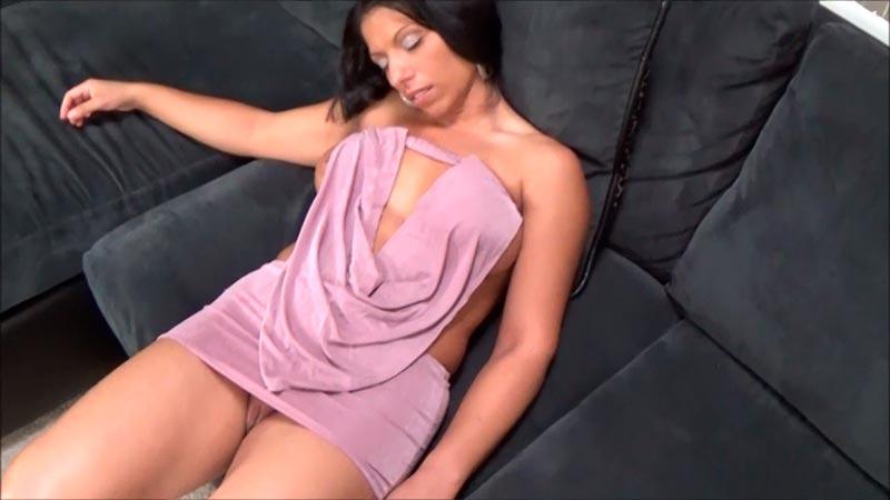 Mi esposa durmiendo sin ropa interior - 3 7