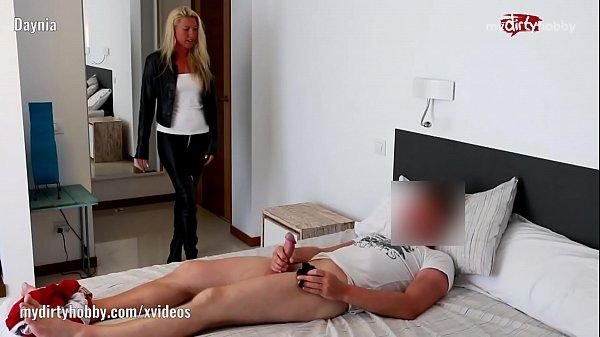 Mamá lo atrapa masturbándose lo folla y el se corre dentro