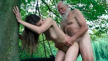 Chica joven se deja follar por un viejo en el parque