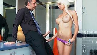 Chica de la limpieza folla con su jefe por dinero