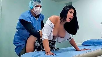 Colombiana follada por su doctor en el consulta