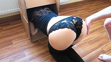 Encula a su amiga atascada en una caja