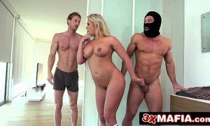 Esposa se folla al ladrón mientras su marido duerme