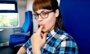 Estudiante haciendo mamadas profundas en un tren publico