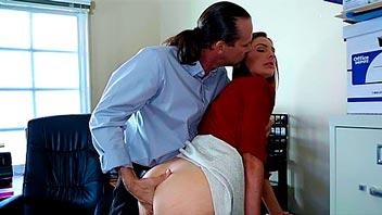 Folla a su secretaria por el culo y se corre dentro