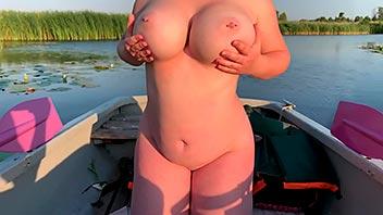 Follando en el bote con una tetona impresionante