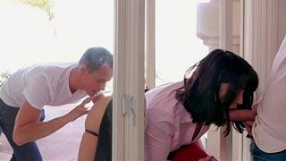 Follando con la madre de su amigo atorada en la ventana