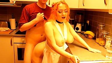 Follando a su novia tetona mientras cocina