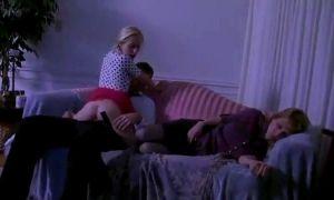 Hija follando con el novio de su madre dormida al lado