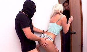 Hija se folla al ladrón a escondidas el padre casi la pilla
