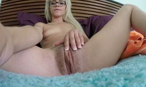 Joven rubia hermosa masturbándose rico su coño peludo
