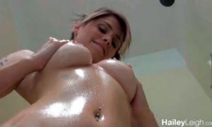 Joven tetona se masturbándose rico toda aceitada en el baño