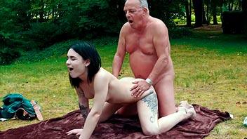 Jovencita de 18 años follada por un viejo en el parque