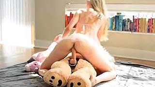 Jovencita cachonda follando a su oso de peluche