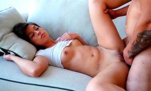 Jovencita follada dormida por el amigo de su novio en el sofa