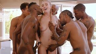 Jovencita rubia en una orgía con 5 negros