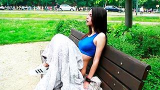 Jovencita se masturba en un banco del parque