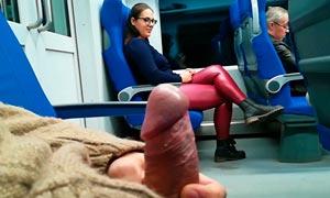 Le enseña la polla en el tren ella la chupa y se traga la leche