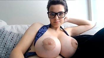 Madre enseñando las tetas grande por webcam