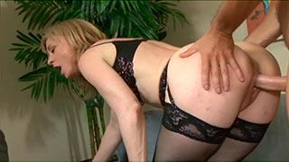Madre madura se folla al hijo del vecino en el hotel por dinero