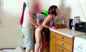 Madre se atora su hijo se la folla ala fuerza y se corre dentro