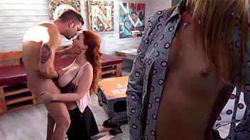Madre tetona hace un trío con su yerno y la novia