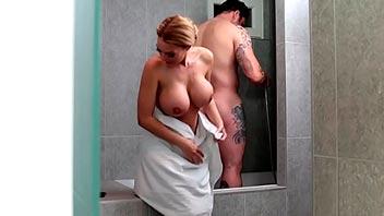 Mamadas en la ducha antes de ir a trabajar