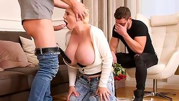 Mujer folla delante del marido por dinero