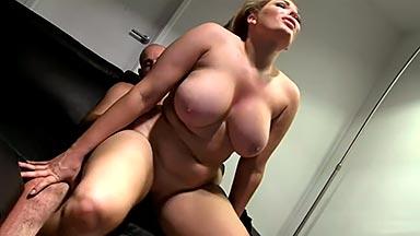 Mujer voluptuosa follando duro