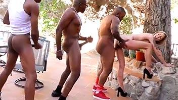 Negros haciendo fila para follar a una rubia ninfómana