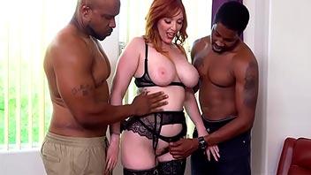 Pelirroja tetona disfruta teniendo sexo con negros