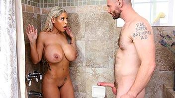 Pilla a su cuñada desnuda en el baño y se la folla