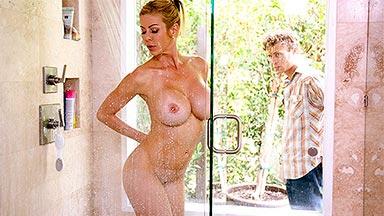 Pilla a la mamá de un amigo desnuda en la ducha y se la folla