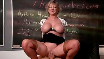 Profesora y alumno follando en clases
