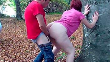 Puta culona follando en el bosque a su cliente