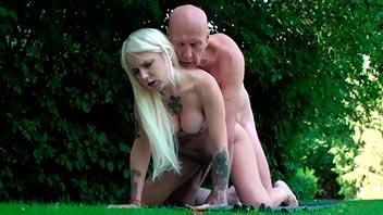 Rubia seduce y se deja follar por su vecino viejo
